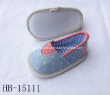 偶然の美しい屋内新しく小さい花の赤ん坊靴