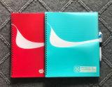 Cuaderno espiral de la cubierta de los PP con la pluma