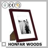 マットが付いている古典的なブラウン木製映像の写真フレーム