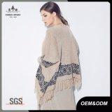 アズテック人は編まれた女性のカーディガンのセーターのポンチョに縁を付けた
