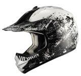 点が付いている道の十字ATVのオートバイのヘルメットを離れた青年