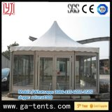 屋外の庭の望楼の塔のテント