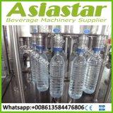 Завершите машину автоматической минеральной вода бутылки любимчика заполняя покрывая