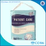 Fornitore adulto a gettare all'ingrosso del pannolino per gli anziani dell'ospedale