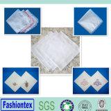 明白で白い綿織物のリネン刺繍の結婚式のハンカチーフ