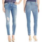I pantaloni della matita della donna allungano le blue jeans scarne dei pantaloni del denim casuale
