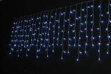 고드름 크리스마스 LED 빛 X'mas 빛이 훈장 나무에 의하여 점화한다