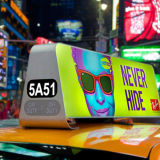 O carro/táxi que anuncia o uso superior ilumina o sinal, caixa leve