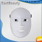 Utilisation de maison de masque de DEL tenue dans la main