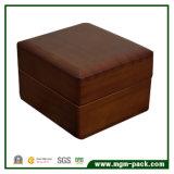 Caixa de jóia de madeira envernizada clássica da noz