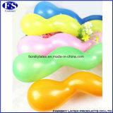おもちゃの自然な乳液の螺線形の気球をしている子供
