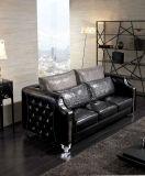 sofá preto elegante de Chesterfield da sala de visitas a mais atrasada