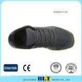 卸し売り網の上部の人の運動運動靴