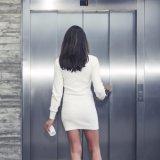 安定した連続したエレベーターの乗客の上昇(Deeoo 000-1)