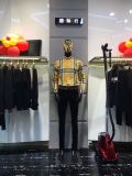 Spitzentendenz-Leinen eingewickeltes männliches Mannequin mit den hölzernen Armen