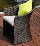 机4部分はRattamのソファーのクッションの藤の家具によってセットした