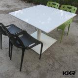 贅沢な大理石の石造りのダイニングテーブル