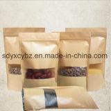 박판으로 만들어진 종이는 Windows를 가진 음식 Nuts 또는 말린 과일을%s 지플락 부대를 위로 서 있다