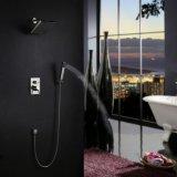現代的なニッケルは壁の台紙に8インチの正方形のシャワーのコックのシャワーキットブラシをかけた