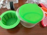 De Kom van de Maker Bowl/a van de kaas om de Melk, een Deksel te verwarmen dat het Te gieten Zuur en een Zeef meet waar de Kaas wordt gevormd