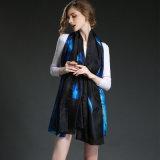소녀 큰 수건 구름 파란 실크 스카프