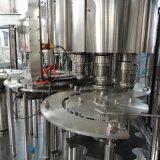 3 automatiques dans 1 petite ligne de remplissage de bouteilles de l'eau minérale de production