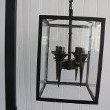 Lámpara de suelo derecha antigua del hierro labrado del negro del diseño