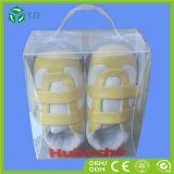 Chaussures faites sur commande d'enfants empaquetant la caisse d'emballage en plastique de chaussures claires de cadre