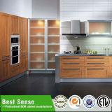 アセンブリ台所島が付いている標準的な食器棚に用意しなさい