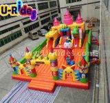 Cidade inflável de diversão para crianças brincando