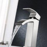 Robinet de toilettes contemporain de cascade à écriture ligne par ligne de robinet de bassin de vanité de traitement simple de robinet de salle de bains avec le grand bec rectangulaire supplémentaire, nickel balayé