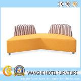 556 Confortable canapé moderne dans le salon