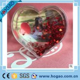 Пластичное сердце темы влюбленности рамки фотоего глобуса снежка сформировало пластичный глобус снежка с вставкой фотоего