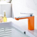 Grifo de cobre amarillo del lavabo de la pintura anaranjada