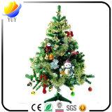 Сверкная рождественская елка сосенки искусственная с традиционными раскаленными добела светами