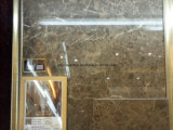 Mattonelle di marmo calde del pavimento della parete interna