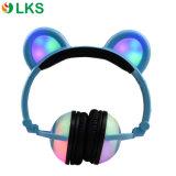 Le panda mignon rougeoyant allument des écouteurs