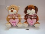 De Teddybeer van de Valentijnskaart van de Zitting van de pluche met Hart