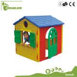 Maison de théâtre en bois de cour de jeu extérieure de gosses avec la glissière