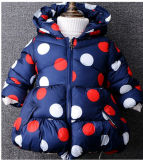 クリスマスのための冬によってパッドを入れられるジャケットに着せている子供