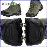Cubierta antideslizante al aire libre de los zapatos de la nieve que sube que va de excursión que acampa