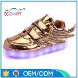 Подгонянные ботинки малышей СИД светлые с заряжателем USB