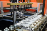 Botella de agua mineral que sopla haciendo la máquina