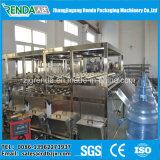 Gargalo automático mineralizado da água que agarra o enchimento