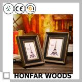 Frame de madeira ornamentado da foto para a decoração do quarto do hotel