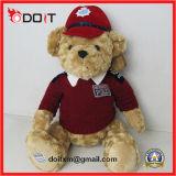 テディー・ベアのコレクションの赤は野球のユニフォームを持つテディー・ベアに着せる