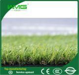 Césped artificial de mirada vivo natural de la hierba