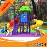 Glissière en plastique de cour de jeu utilisée par gosses de parc d'attractions