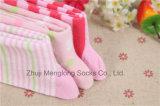 Симпатичные носки хлопка ребёнка хорошего качества сделанные от тонковолокнистого хлопка прошли отчет по испытанию от своего