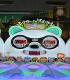 Kind-Abzahlung-MünzenSäulengang-Walzen-Kugel-Spiel